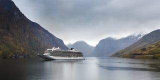 巡航划线员在海湾-旅行和自然背景 库存图片
