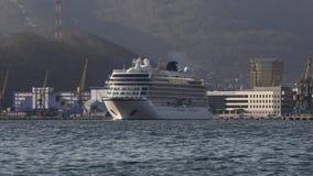 巡航划线员在背景山海岸线海港的北欧海盗猎户星座航行 股票录像