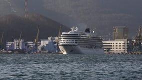 巡航划线员在背景海岸线海港的北欧海盗猎户星座航行   股票视频