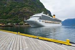巡航划线员在Aurlandsfjord中,挪威水域  免版税库存图片