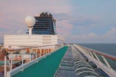 巡航划线员太阳甲板在早期的热带早晨 免版税图库摄影