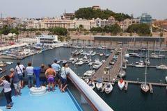 巡航划线员甲板的乘客在口岸的 卡塔赫钠西班牙 免版税库存照片