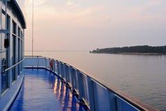 从巡航划线员的甲板看的夏天日落 免版税库存图片