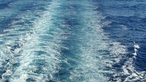 从巡航划线员的船尾的海足迹