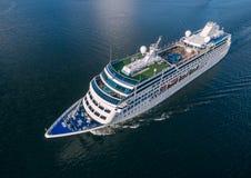 巡航划线员航行鸟瞰图在海 免版税库存照片
