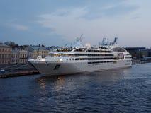 巡航划线员Le Soleal在圣彼德堡,俄罗斯停泊了 库存照片