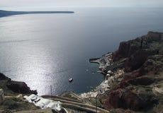 巡航口岸和爱琴海视图从圣托里尼海岛破火山口峭壁  免版税库存照片