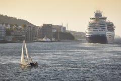 巡航和游艇风帆 斯塔万格港口 挪威 航海后面 图库摄影