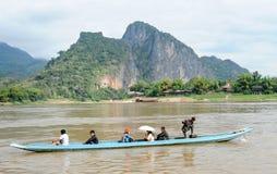 巡航在一条小船的人们在河湄公河 免版税库存图片