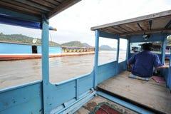 巡航在一条小船的人们在河湄公河 库存图片