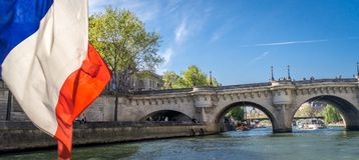 巡航在一条peniche小船在巴黎 免版税图库摄影