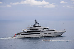 巡航在亚得里亚海的现代游艇 免版税库存图片
