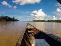 巡航在亚马孙河(秘鲁)下的一条小船 库存照片