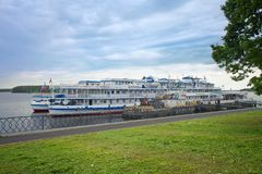 巡航在伏尔加河的客船停泊的  免版税图库摄影