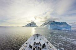 巡航在冰中 免版税库存图片