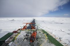 巡航在冰和停机坪的调查船 免版税库存图片