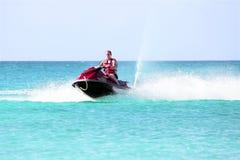 巡航在加勒比海的喷气机滑雪的年轻人 免版税库存照片