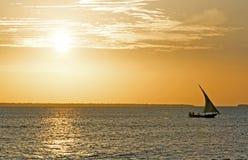 巡航在单桅三角帆船在日落, Nungwi,桑给巴尔,坦桑尼亚 库存照片