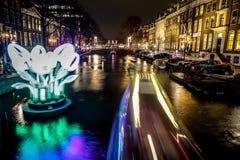 巡航在夜运河的小船仓促 阿姆斯特丹夜运河的轻的设施在轻的节日内的 库存图片