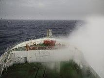 巡航在大浪的船 免版税库存照片