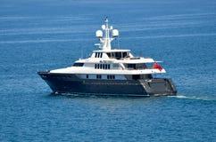 在海洋的豪华超级游艇小船 库存图片
