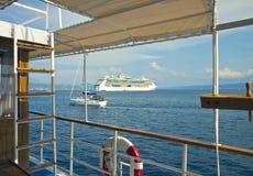 巡航在旅游小船有一条轰烈的轮渡的看法 免版税图库摄影