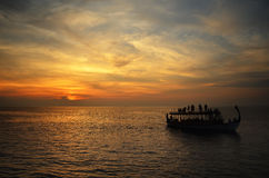 巡航在日落时间在印度洋,马尔代夫 免版税图库摄影