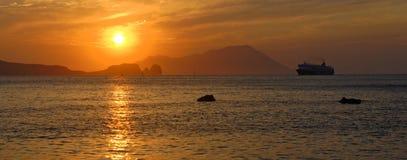 巡航在日落的划线员航行 免版税图库摄影