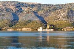 巡航在日落的白色货船 免版税库存图片
