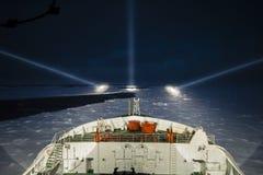 巡航在晚上的破冰船船在极地海 免版税库存图片