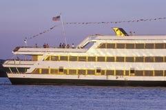 巡航在波托马克河下的一条大小船在老镇亚历山大,华盛顿, D C 库存图片