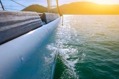 巡航在波浪的豪华游艇的边的选择聚焦 免版税图库摄影
