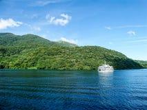 巡航在湖Ashi在晴天 免版税库存图片