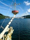 巡航在湖Ashi在晴天 免版税图库摄影