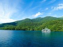 巡航在湖Ashi在晴天 库存图片