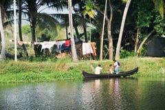 巡航在独木舟的家庭在喀拉拉死水的Alleppey附近 图库摄影