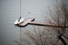巡航在秋天湖Kawa的一条观光的小船的看法 库存图片