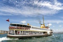 巡航在Bosphorus,伊斯坦布尔,土耳其的客船 免版税库存照片