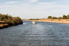 巡航在Camargue的一条运河下的小船 免版税图库摄影