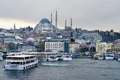 巡航在Eminonu口岸运送在Yeni Cami和Galata桥梁附近 库存照片