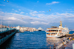 巡航在Eminonu口岸运送在Yeni Cami和Galata桥梁附近 图库摄影