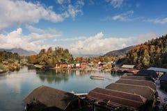 巡航在Konigssee的一条观光的小船 库存照片