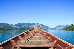巡航在Ratchaprapa水坝, Khaosok国家公园 免版税库存图片