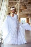 巡航婚姻的白色礼服的性感的年轻白肤金发的新娘在夏天海餐馆 库存图片