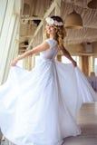 巡航婚姻的白色礼服的性感的年轻白肤金发的新娘在夏天海餐馆 免版税库存图片