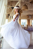 巡航婚姻的白色礼服的性感的年轻白肤金发的新娘在夏天海餐馆 免版税库存照片