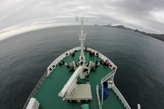 巡航对欺骗岛,南极洲的游轮 免版税库存图片