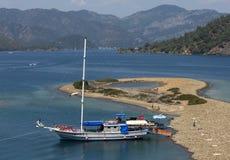 巡航小船停住对一个小海滩在地中海在离土耳其的绿松石海岸的附近 免版税库存照片