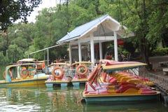 巡航小船出租的点在深圳四海工专公园 免版税库存图片
