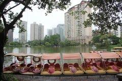 巡航小船出租的点在深圳四海工专公园 免版税库存照片